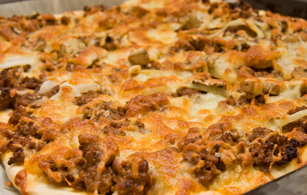 Pizza med kødsovs · Mad og opskrifter fra Heidi & Per